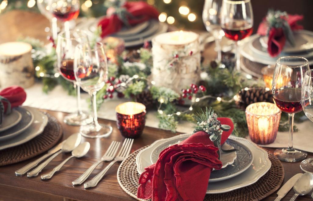 Julebord klart og dekket med levende lys